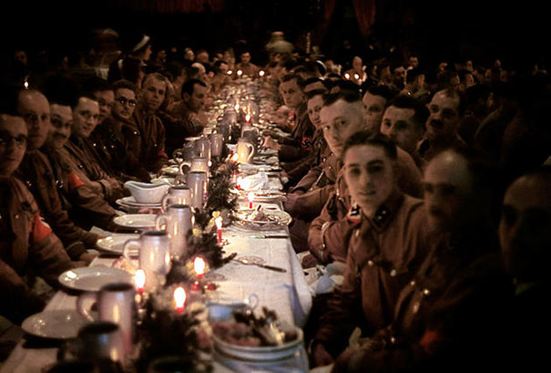 Солдаты и офицеры военизированного формирования Национал-социалистической немецкой рабочей партии отмечают Рождество, 1941 год.