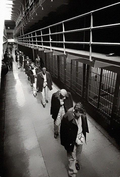 Последние заключенные покидают знаменитую тюрьму Алькатрас, 1963 год.