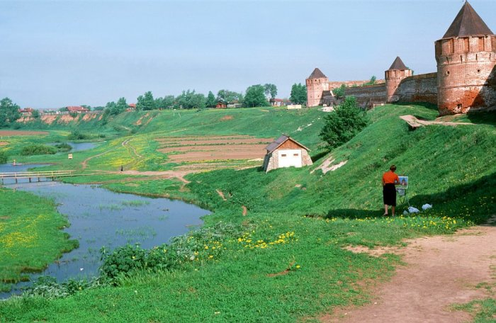 Художница у стены Спасо-Ефимиевского монастыря в Суздале.