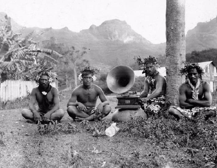 Местные жители на острове Нуку-Хива.