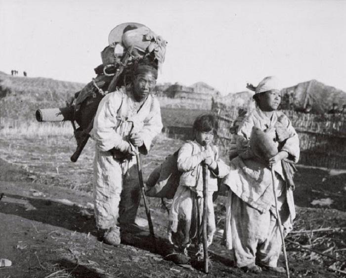 Корейская семья уходящая от надвигающихся японских войск. Корея, 1904 год.