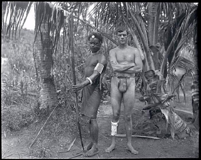 Американский путешественник Мартин Джонсон с местным жителем. Гуадалканал, 1908 год.