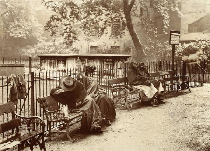 Бездомные женщины сидят на лавочке в саду Спиталфилдс. Великобритания, Лондон, 1902 год.