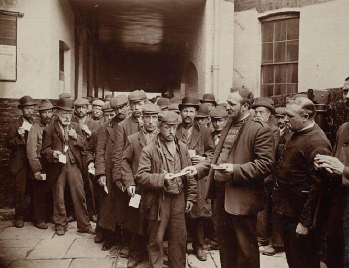 Очередь за бесплатным обедом от благотворительной организации «Армия спасения». Великобритания, Лондон, 1902 год.