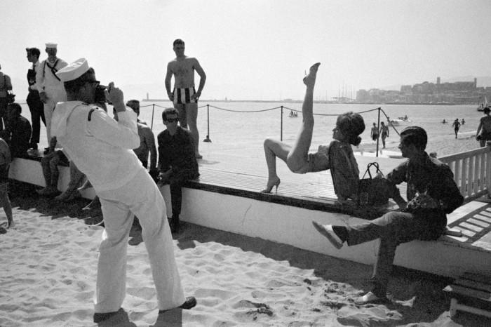 Фотосессия на пляже во время Каннского кинофестиваля в 1964 году.