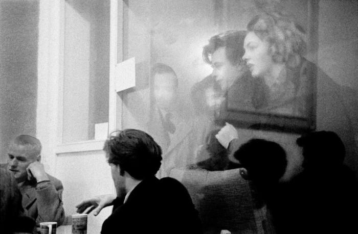Небольшая кофейня в одном из самых оживленных районов Лондона. Великобритания, 1957 год.