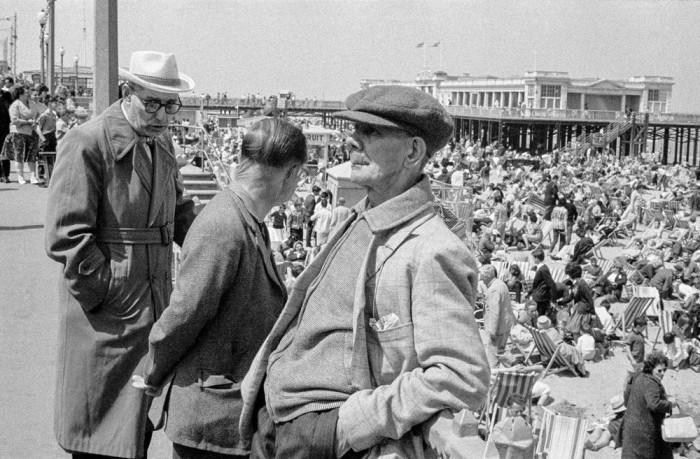 Трое пожилых друзей на пляже в Великобритании, 1963 год.