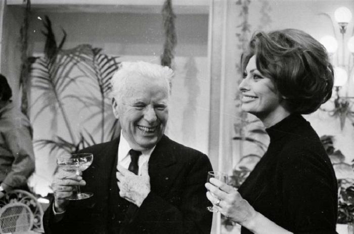 Чарли Чаплин и Софи Лорен на вечеринке по случаю дня рождения, 1966 год.