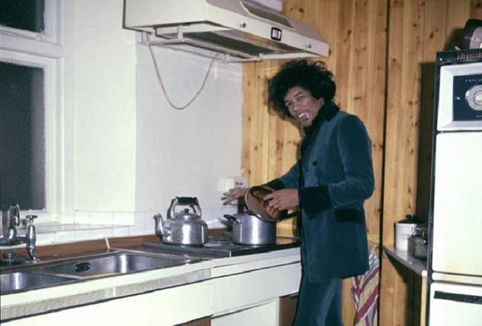 Джими Хендрикс готовит обед, 1969 год.