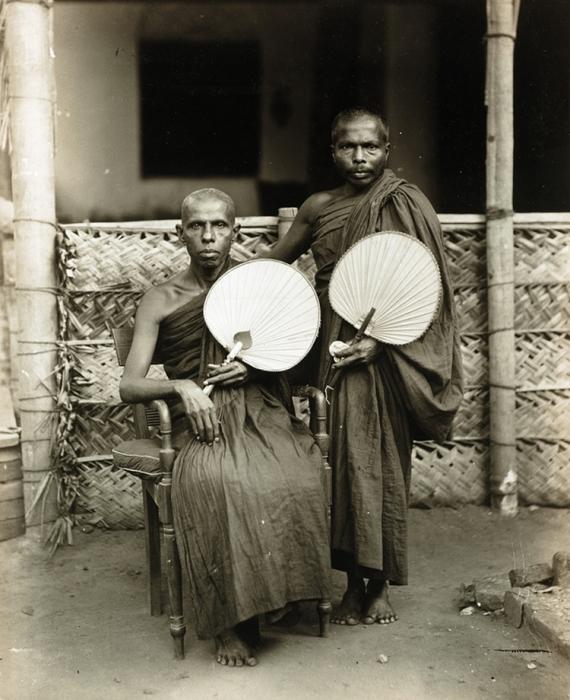 Буддийские священнослужители в повседневных одеждах.