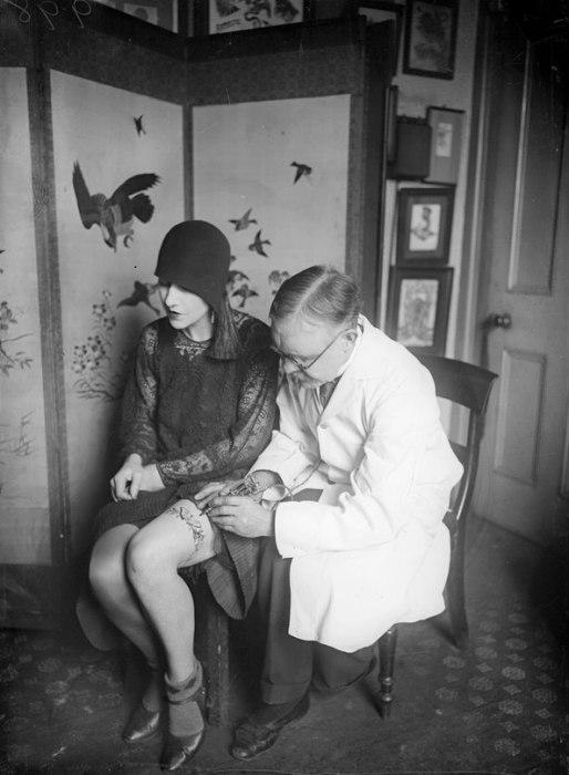 Мастер татуировки за работой. Великобритания, 1930-е годы.