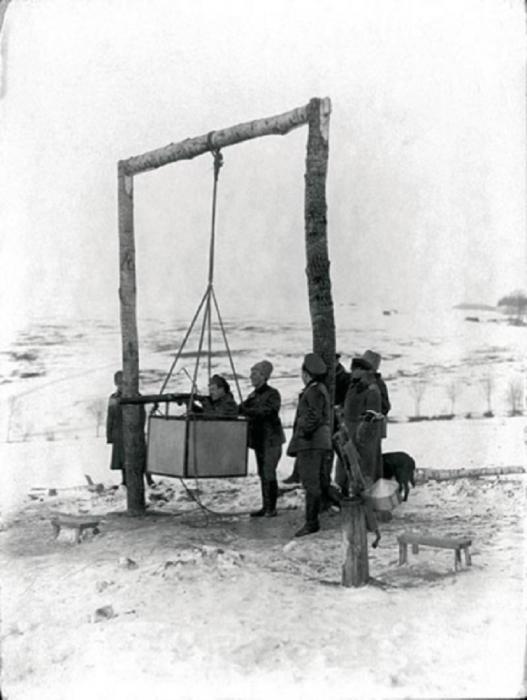 Тренировка пилотов на авиационном тренажере, 1915 год.