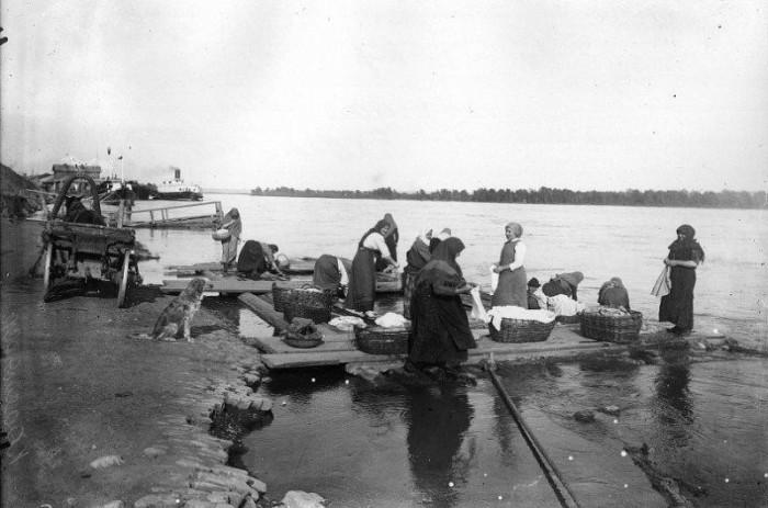 Полоскание белья на реке Енисей.
