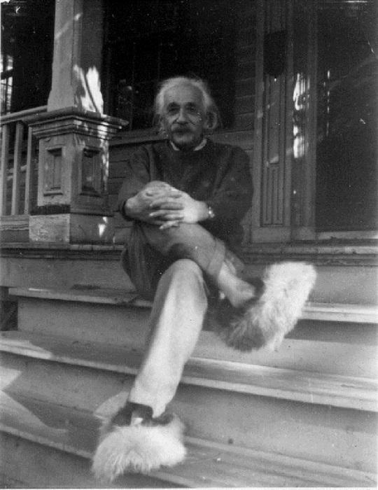Альберт Эйнштейн в домашних тапочках, 1937 год.