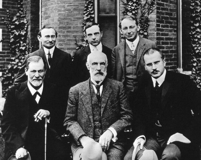 Известные психологи и психиатры перед университетом Кларка. США, 1909 год.