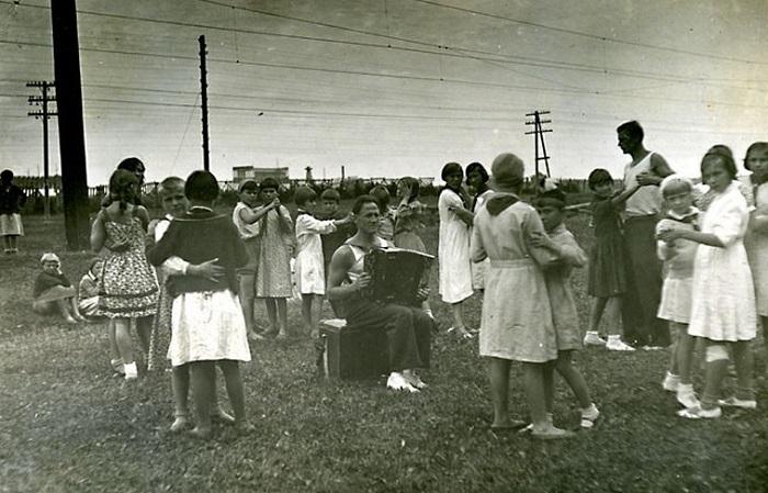Танцы на траве под гармонь.