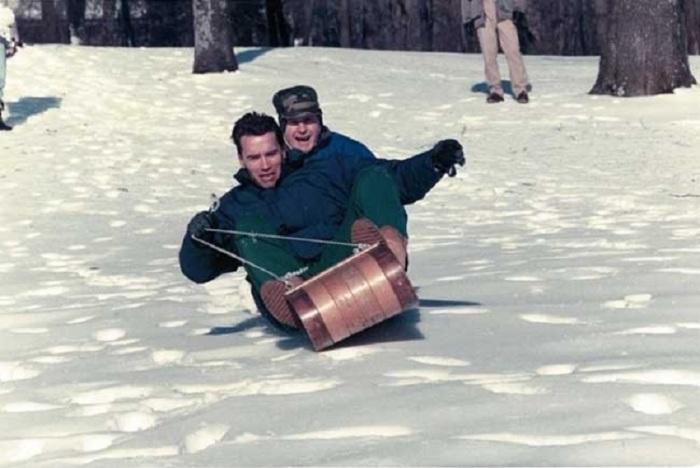 Арнольд Шварценеггер и Джордж Буш-младший катаются на санках в 1991 году.
