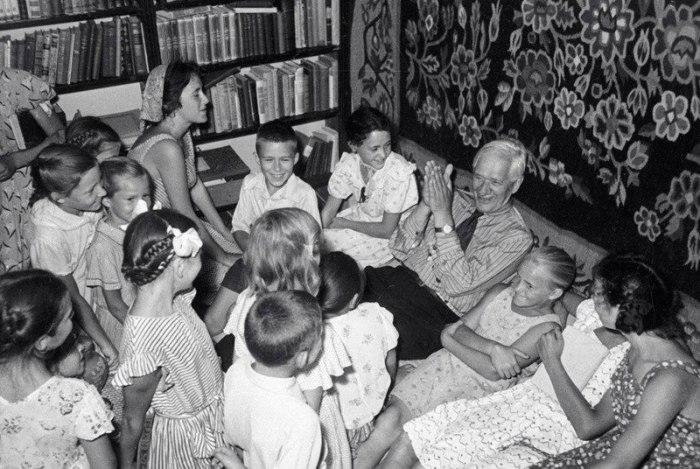 Встреча с писателем Корнеем Чуковским. СССР, Переделкино, 1951 год.