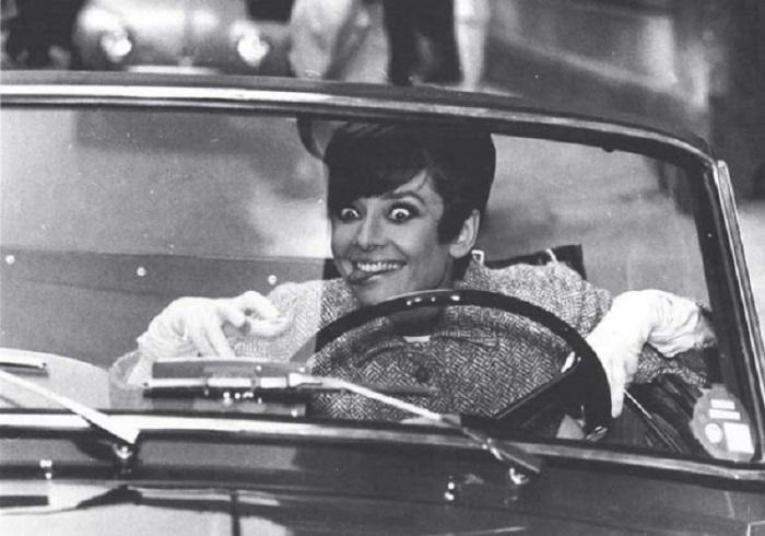 Известная киноактриса Одри Хепберн в автомобиле.