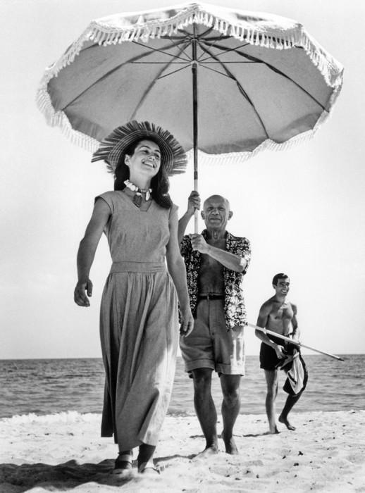 Пабло Пикассо и Франсуаза Жило на пляже в 1948 году.