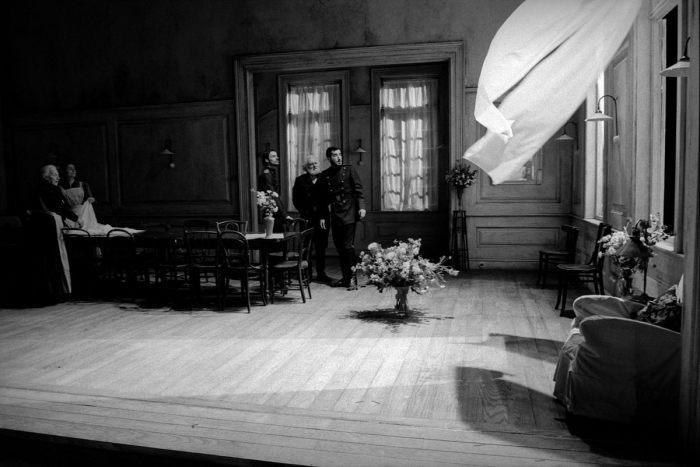 Пьеса А. П. Чехова «Три сестры», режиссера Кэти Митчелла. Великобритания, Королевский национальный театр, Лондон, 2003 год.
