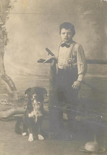 Портретный снимок Джека Лондона в возрасте девяти лет со своей собакой Ролло, 1885 год.