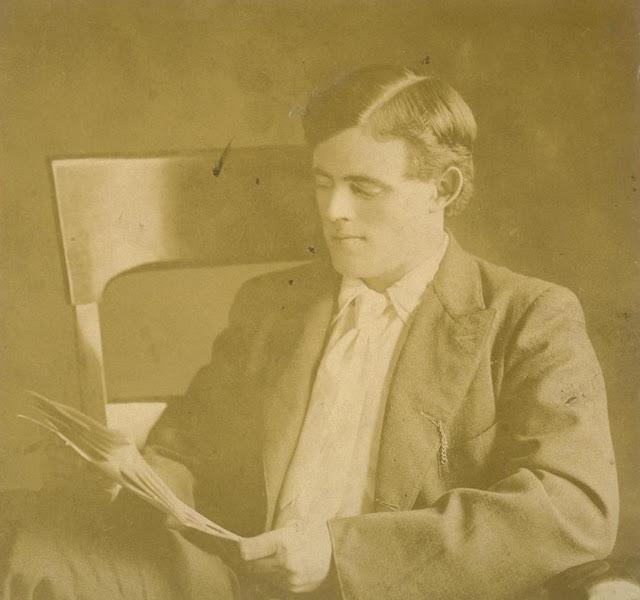 Джек Лондон в своём кабинете в 1916 году.