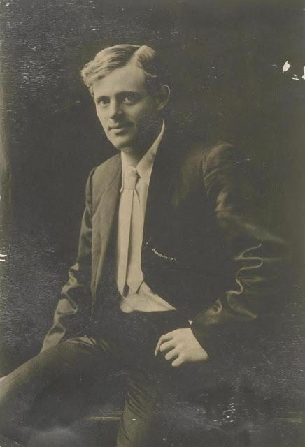 Портретный снимок юного Джека Лондона.