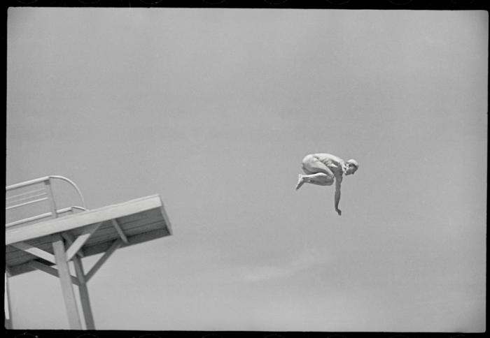 Мужчина прыгающий с вышки в воду. Фото: Max Penson.