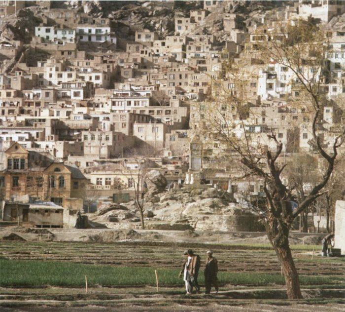 Местные жители на окраине столицы и самого крупного города в Афганистане.