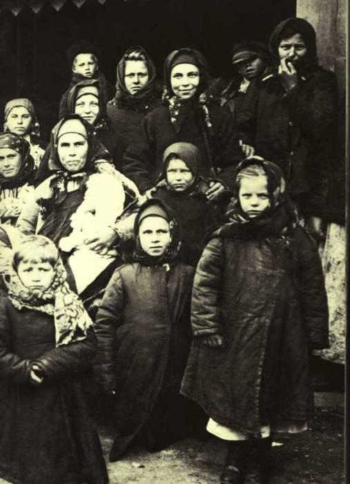 На крытой платформе станции Вятка. Россия, 1909 год.