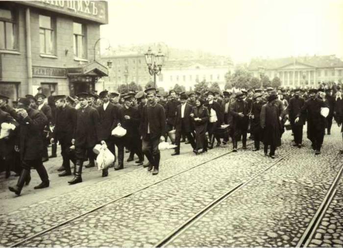 Явка граждан на пункт встречи пополнения воинских частей. Россия, Петроград, 1914 год.