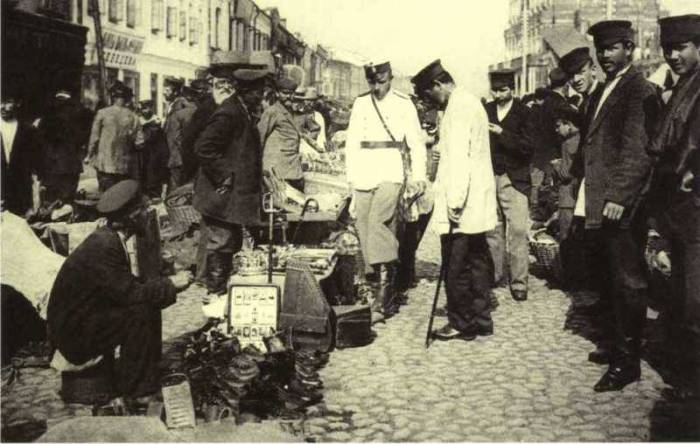 Блошиный рынок на Сухаревской площади в Москве.