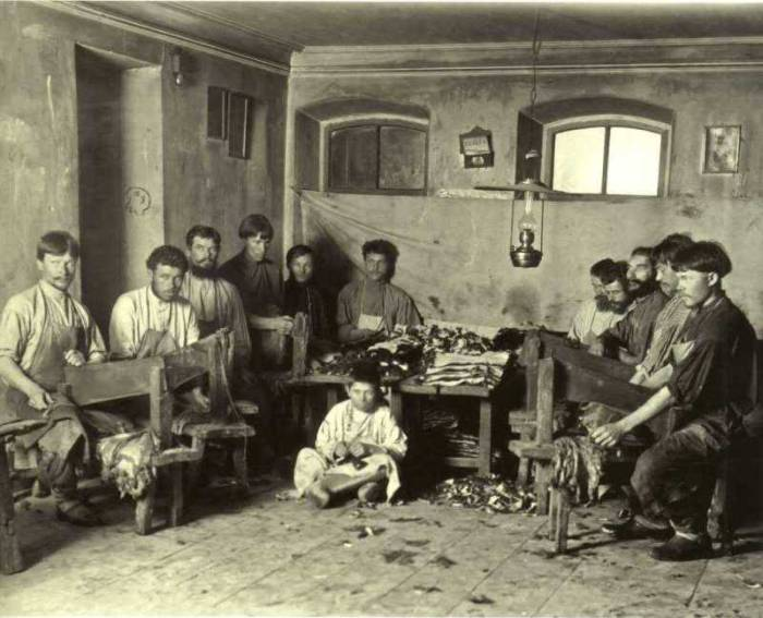 Мастера по выделке мехов. Россия, 1910-й год.