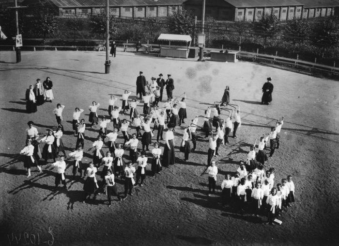 Дети на занятиях по гимнастике. Россия, 1900 год.