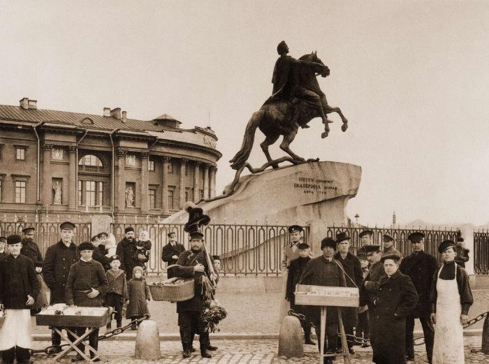 Знаменитый памятник Петру I на Сенатской площади в Санкт-Петербурге.