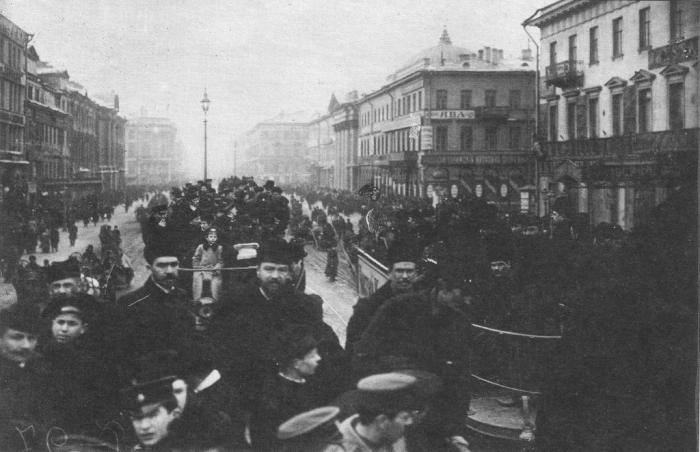 Толпы людей в центре города. Россия, 1900 год.