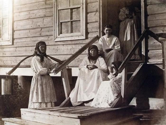 Местные жители в праздничных одеждах, 1875 год.