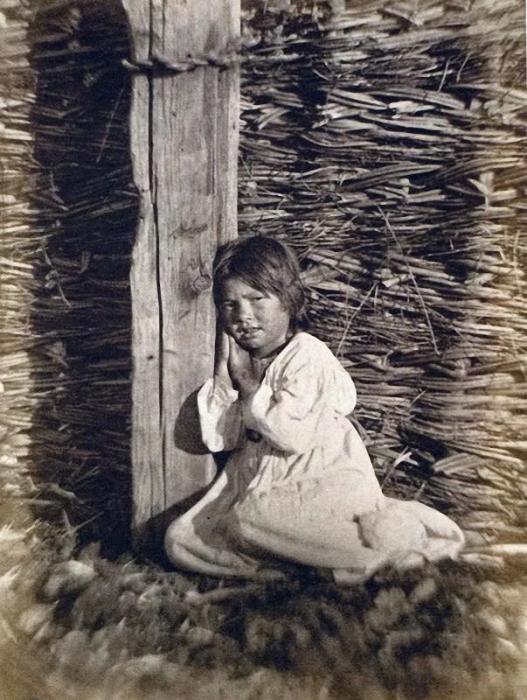 Девочка, уставшая от повседневной работы, 1875 год.