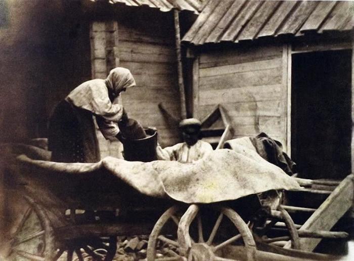 Пожилая казачка ссыпает овес, 1876 год.