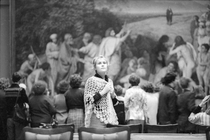 Девушка в государственной Третьяковской галерее. СССР, Москва, 1980-е годы.