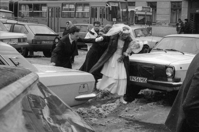 Плохая погода - не помеха для свадьбы.