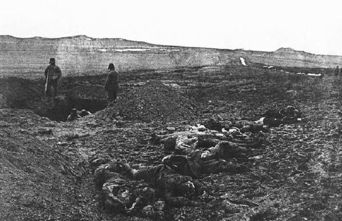 Похороны советских солдат расстрелянных фашистами в Крыму, 1942 год.