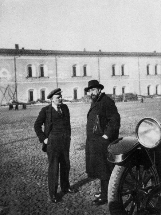 Прогулка недалеко от Кремля. Россия, Москва, 1918 год.