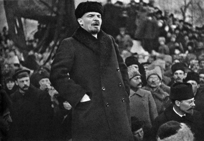 Владимир Ленин выступает с речью во время похорон Якова Свердлова на Красной площади в Москве.
