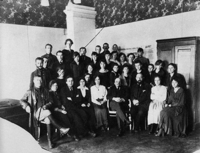 Памятная фотография Владимира Ильича Ленина с сотрудника Совета Народных Комиссаров. Москва, Кремль, 1918 год.