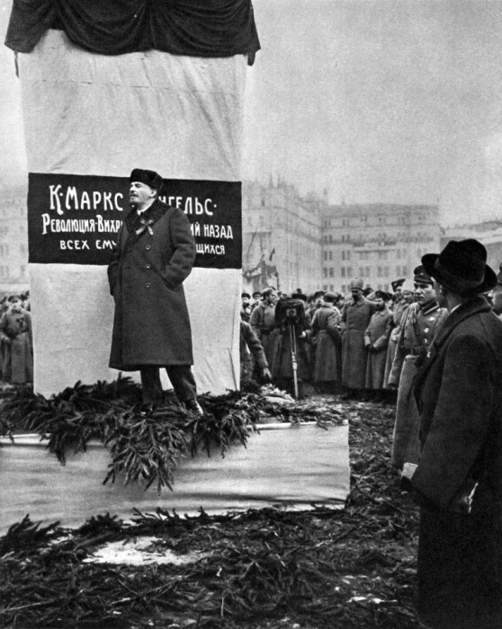Владимир Ильич Ленин произносит речь на открытии памятника Карлу Марксу и Фридриху Энгельсу. Москва, 1918 год.