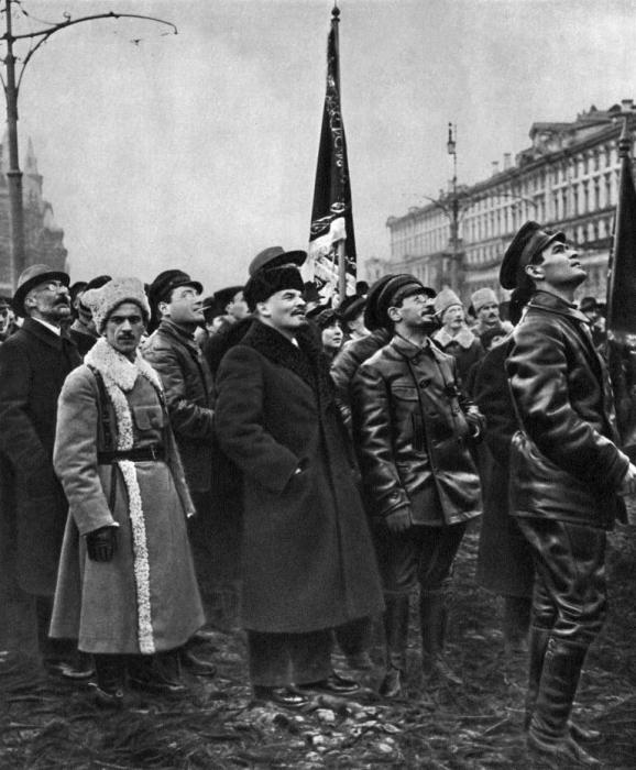 Два выдающихся политических и государственных деятеля на открытии памятника Карлу Марксу и Фридриху Энгельсу. Москва, 1918 год.