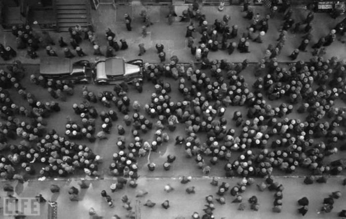 Оживлённая улица в центре Нью-Йорка. Автор фотография: Маргарет Бурк-Уайт, 1930 год.