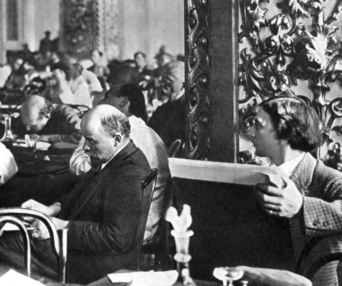 Владимир Ленин позирует знаменитому художнику Исааку Бродскому в 1921 году.